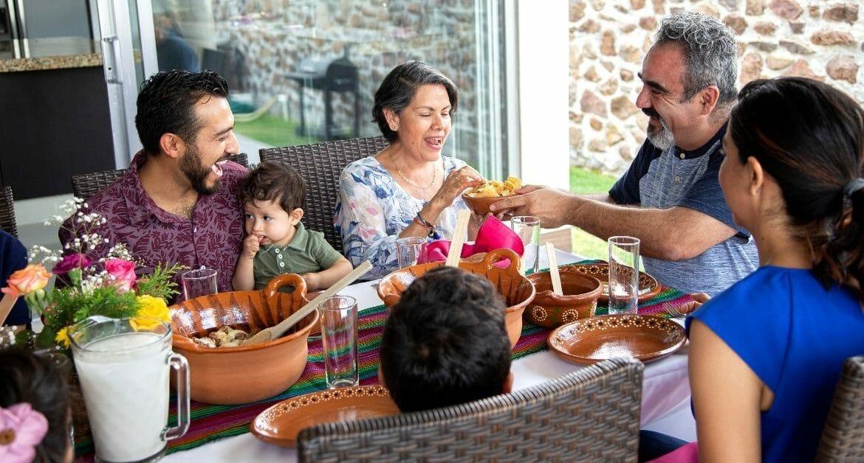 repas de tacos mexicains en famille